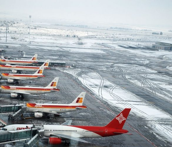 El aeropuerto de Madrid Barajas sigue cerrado por la nieve